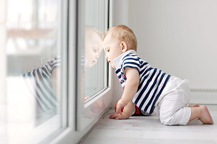Продумайте надёжное закрывание окон, чтобы ваш малыш, даже если заберётся на подоконник, не мог сам открыть окно