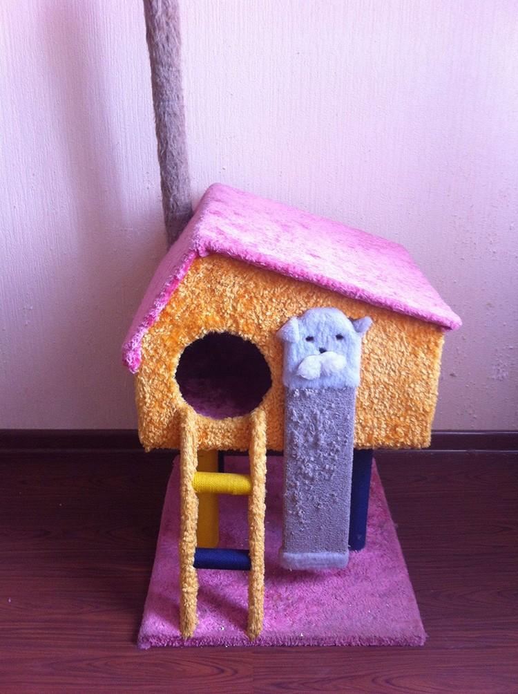 Снаружи домик декорируют текстилем с помощью мебельного степлера. Хорошо бы рядом с таким строением разместить когтеточку!