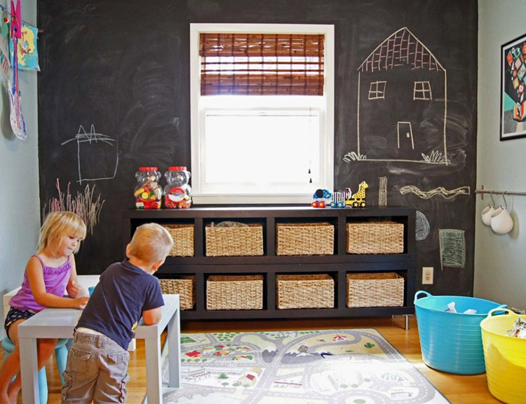 Магнитная стена в детской комнате – просто находка. Здесь можно сделать выставку рисунков, грамот и поделок или просто каждый день рисовать новые картины, не боясь испортить стены