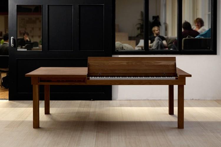 Необычный стол-фортепиано удивит кого угодно