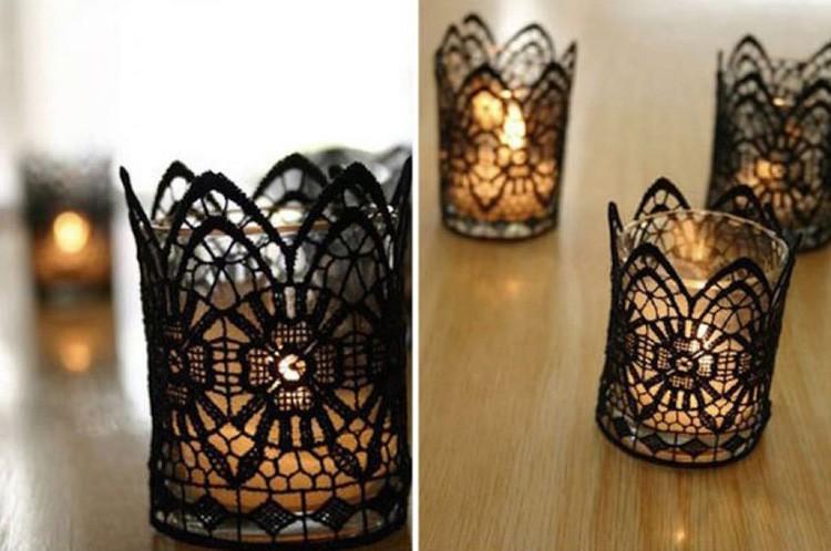 Маленькие стеклянные стаканчики оборачивают кружевными лентами. Такие подсвечники дают очень мягкий ажурный отсвет.