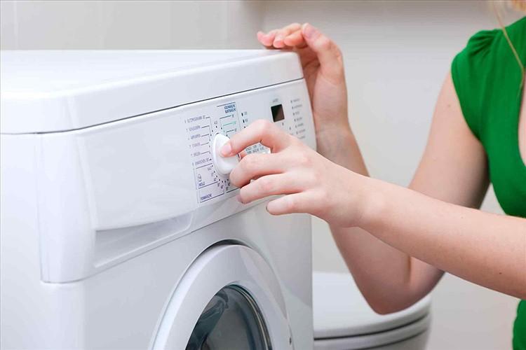 В стиральной машине горчица тоже эффективна: 50 г сухого вещества плюс деликатный режим.