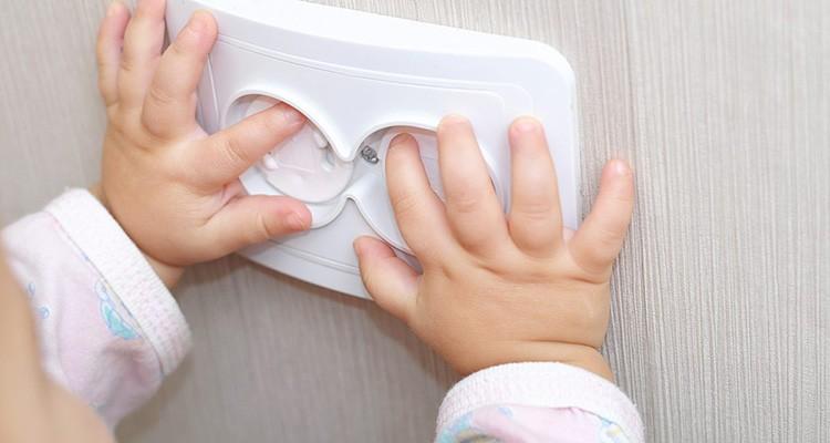 Обязательно закройте розетки защитными крышками