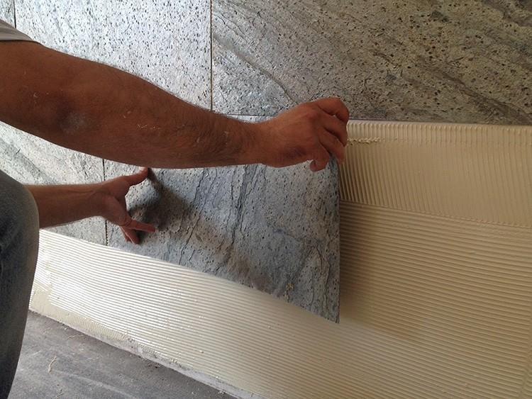 Полотна можно клеить внахлёст, но лучше всего делать это встык, так швы будут совершенно незаметны