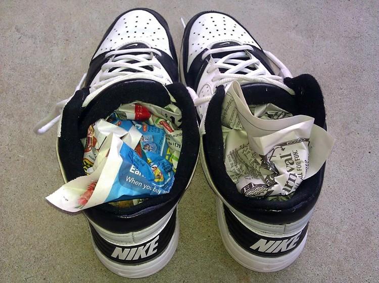 После того, как основная часть воды стечёт, забейте кроссовки мятой бумагой, но только не газетами, потому что от намокания с них потекут чернила, и все внутренности вашей обуви станут чёрными