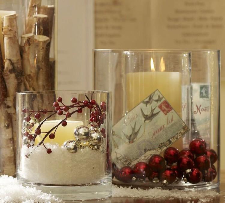 В большие стаканы помещают свечу, а пространство между ней и стеклом заполняют искусственным снегом, бусинами, камушками, стеклярусом.