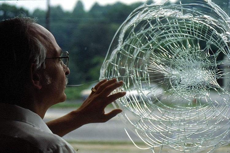 Что касается светопроницаемости триплекс, то нужно признать, что из-за использования прослойки из плёнки или смолы она ниже, чем у традиционного стекла