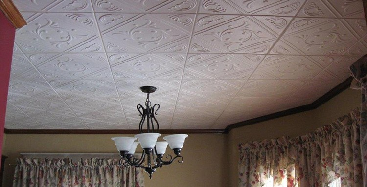 Пенопластовая или ПВХ-плитка так замечательно скрывала неровности потолков, да ещё и слегка утепляла их, что стала очень популярна