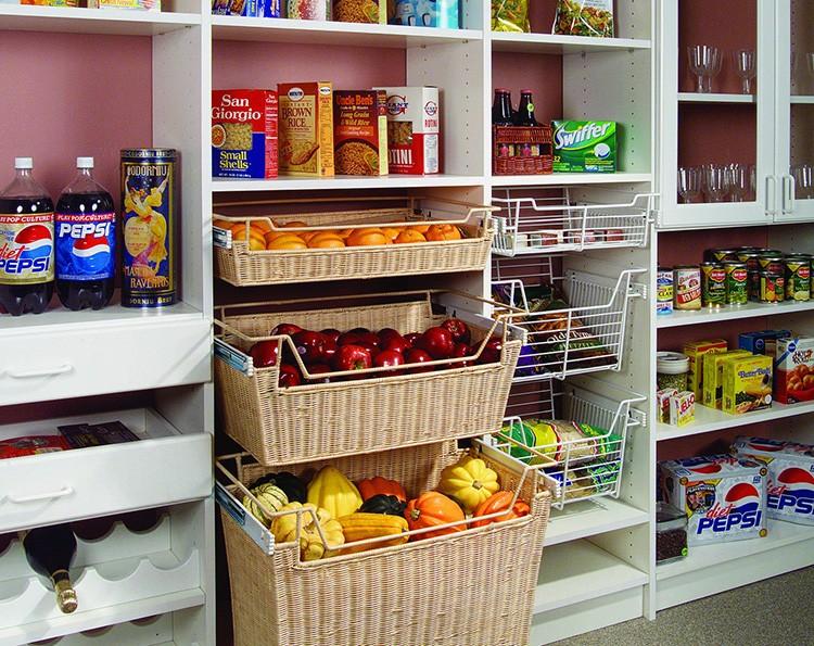 Используйте деревянные, плетёные и пластиковые корзины для хранения продуктов – во время работы такую корзину с овощами или фруктами вы поставите на стол, а потом просто уберёте на место
