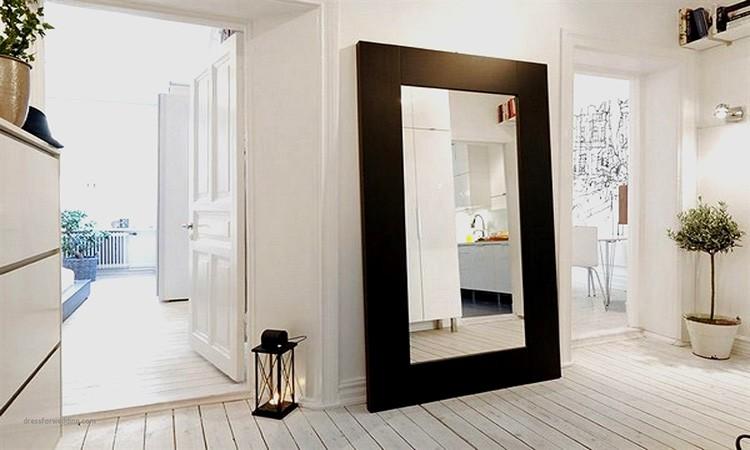 Обязательно повесьте в коридоре большое хорошо освещённое зеркало, чтобы ваши домашние могли сразу увидеть грязь на одежде, если она есть