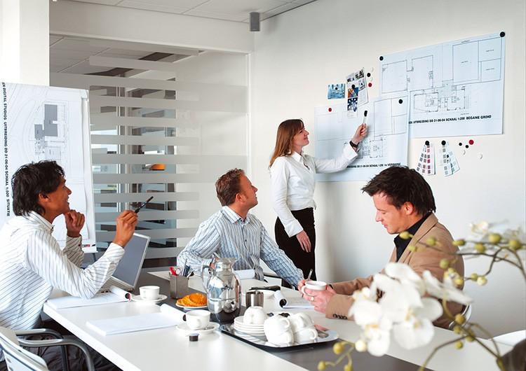 Стена с магнитным эффектом очень пригодится в креативном офисе, где проходят планёрки
