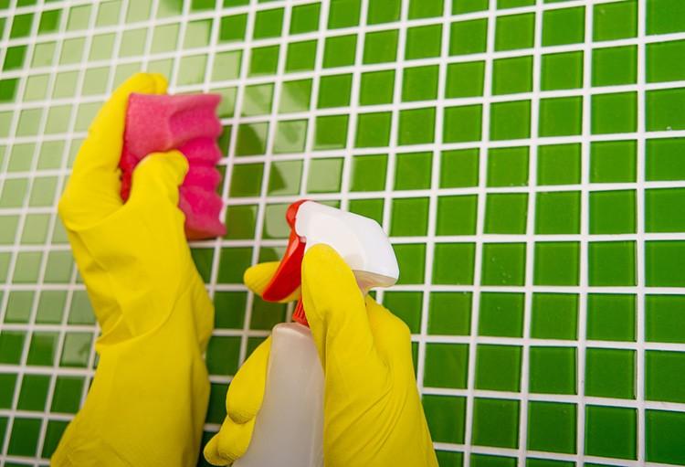 Чтобы предотвратить появление загрязнений и грибков регулярно мойте плитку и швы