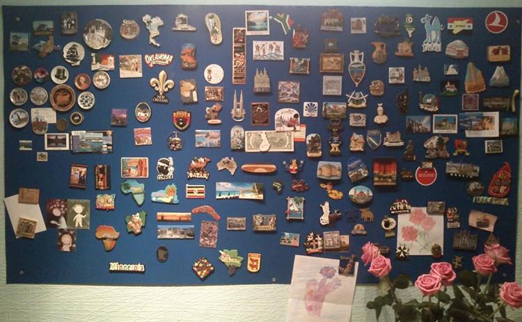Любители путешествовать и собирать магнитики с сувенирами на память однажды сталкиваются с тем, что площадь дверцы холодильника заканчивается. Отличный выход – продолжить коллекционирование на стенах