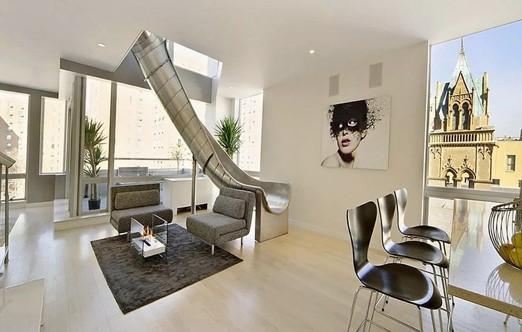 Интересные решения предлагают и дизайнеры европейских квартир. По их мнению, жильцов может увлечь вот такой необычный спуск после сна к обеду.