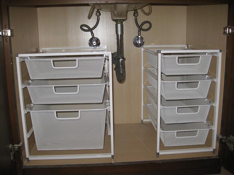 Пластиковые этажерки с выдвижными полками скроются под мойкой. В них можно хранить овощи или хозяйственные мелочи