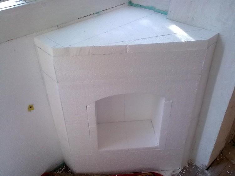 Из пенопласта можно изготовить не только пристенный, но и угловой камин