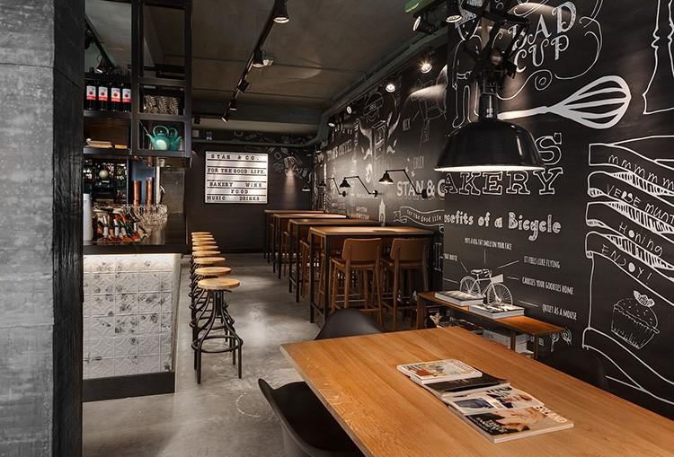 Стена, притягивающая магниты, пригодится и в кафе. Здесь можно разместить фото посетителей, меню и заказы