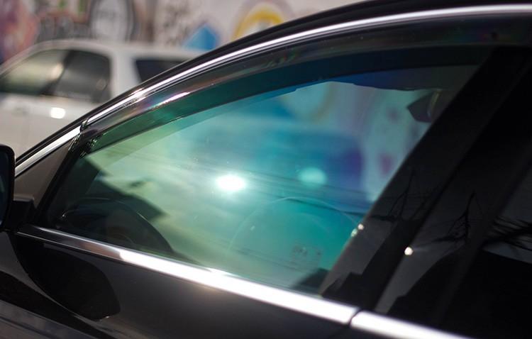 Для машин такие стёкла выпускают с тонировкой и защитой от прямых солнечных лучей