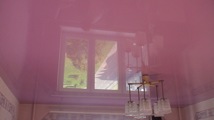 Разводов на глянцевой поверхности потолка быть не должно