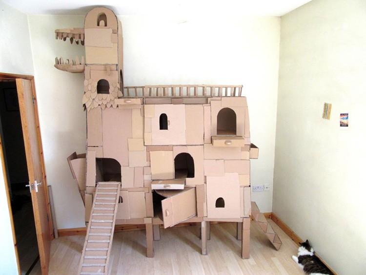 Из разных склеенных между собой коробок получается масштабный кошачий дворец со множеством внутренних лазов.