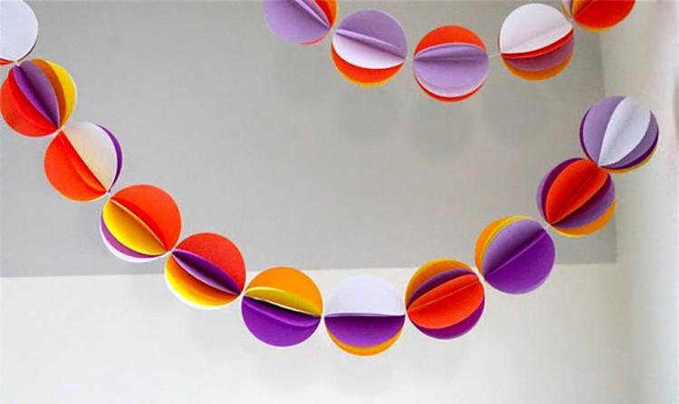Такая гирлянда делается из сложенных пополам кружков, склеенных между собой половинками.