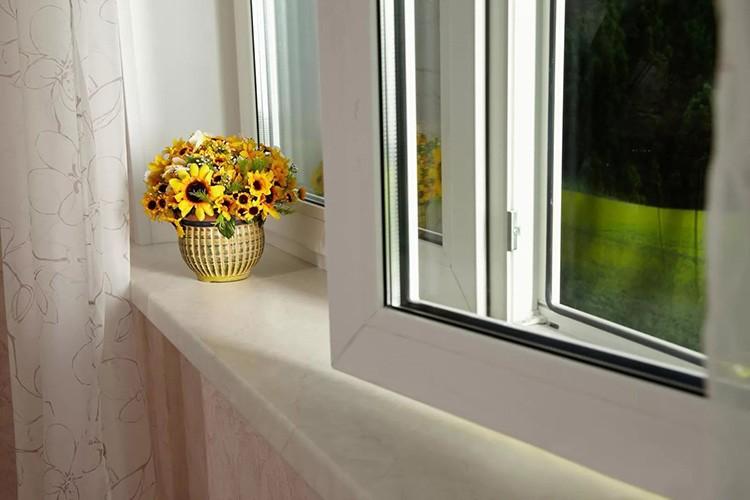 Преимущества такого выбора очевидны: окна становятся тёплыми, не пропускают шум и надёжно защищают жилище не только от случайного попадания предмета в окно, но и от проникновения воров