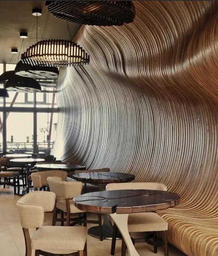 Деревянные волны придают стене особую фактуру.