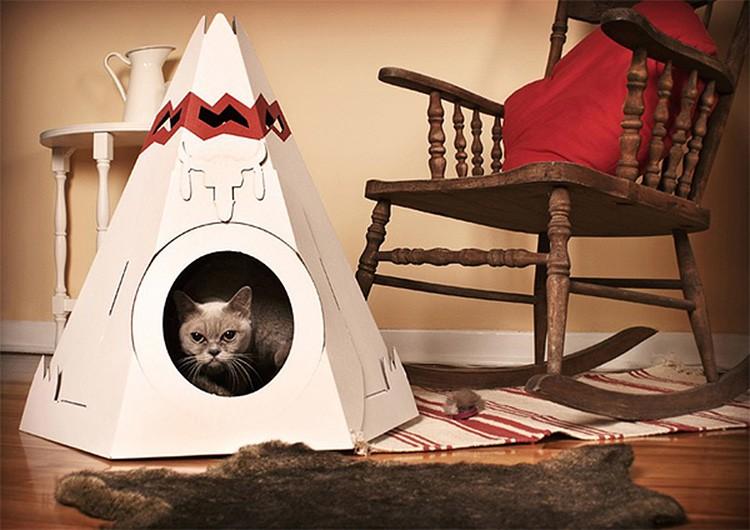Кошачий вигвам снаружи тоже оформляют так, как подскажет фантазия.