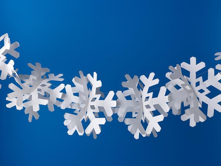 Для изготовления такого зимнего украшения нужно вырезать много одинаковых снежинок и склеить их по половинкам между собой, собрав в одну гирлянду.