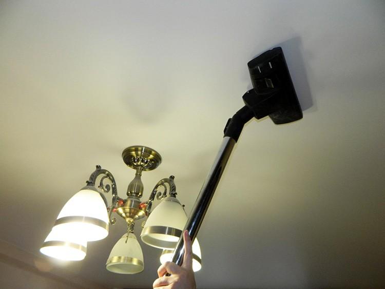 Возможно использование пылесоса для очистки потолка