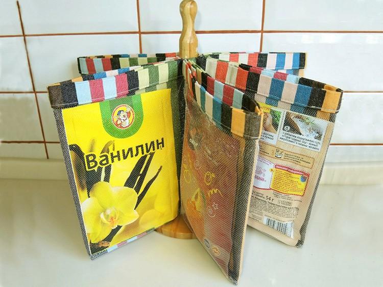 Сетчатые мешочки для пакетиков со специями закреплены на устойчивом шесте