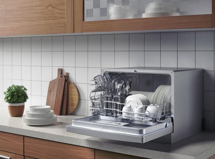А ещё в продаже есть мини-посудомойки размером с микроволновку – это для тех, кто отказывается от приобретения этого полезного кухонного гаджета ради экономии места