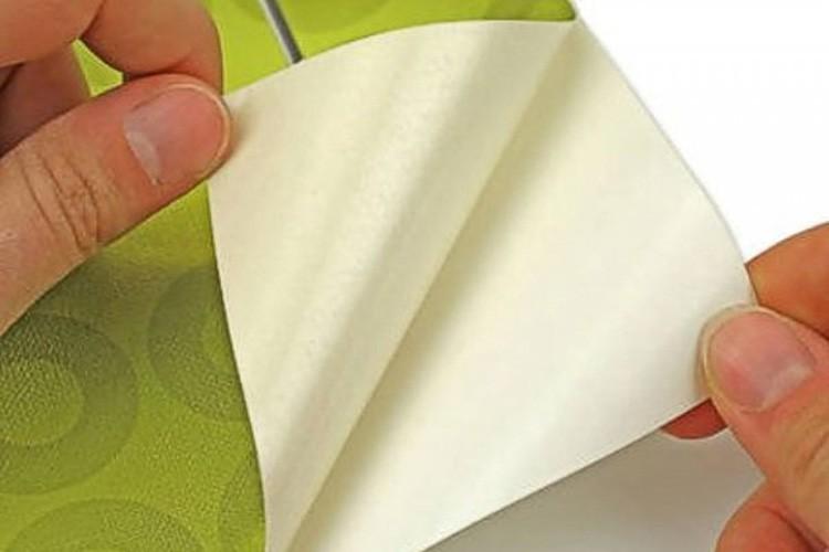 Самоклейка состоит из декоративного, клеящего и защитного слоев