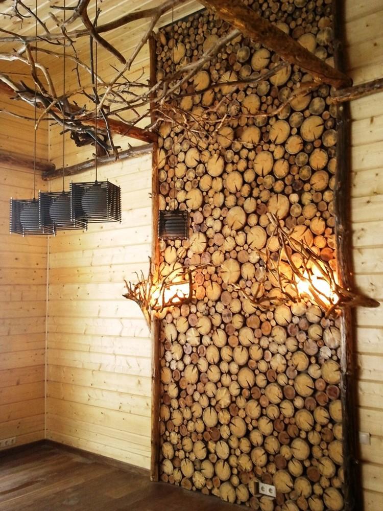Напилить большое количество деревянных кружков легко. Целая стена может быть занята подобным панно, а с подсветкой вид будет ещё более впечатляющим.