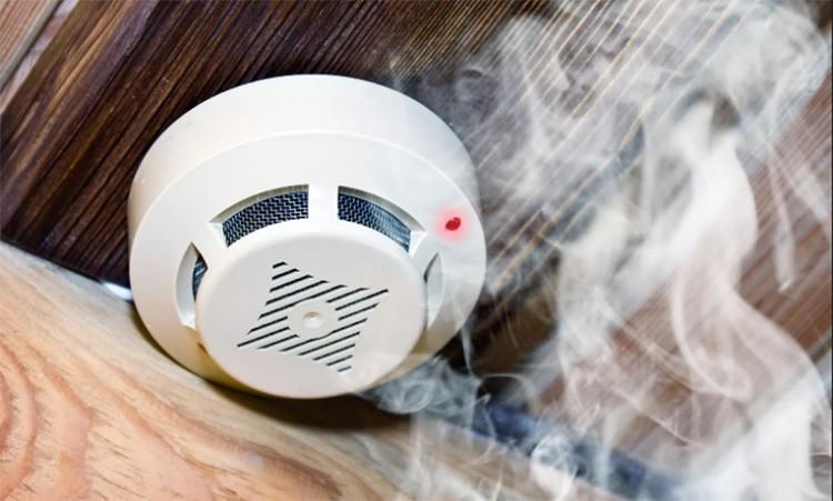Одним из средств комплексной защиты является пожарный извещатель, реагирующий на повышение температуры или задымление