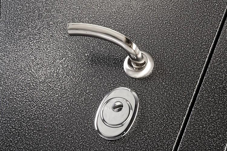Молотковую краску используют для окрашивания элементов входных дверей из металла