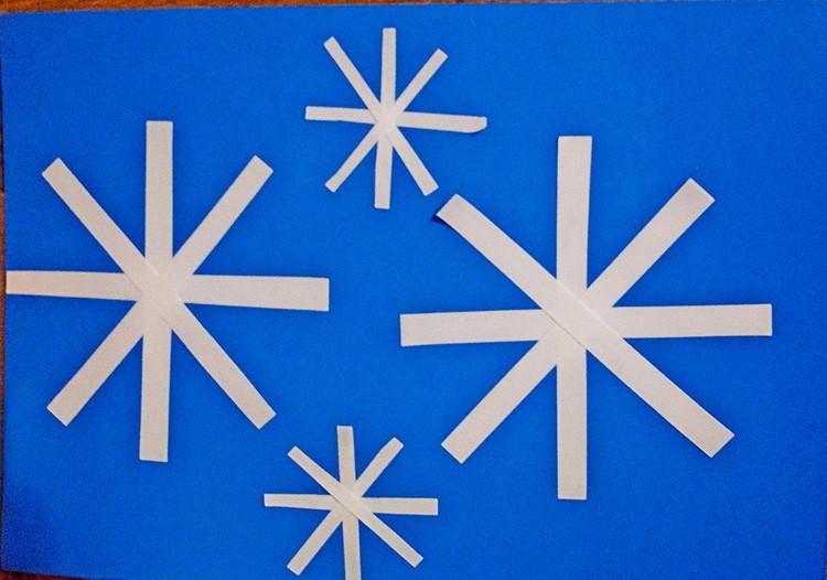 Простую снежинку из полосок способен сделать даже маленький ребёнок