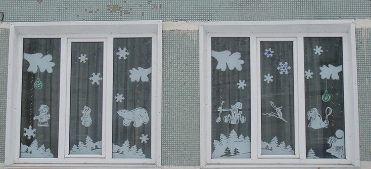 Красиво украсить окно можно своими силами