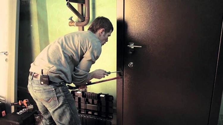 Прочную входную дверь из толстого металла так просто не взломать
