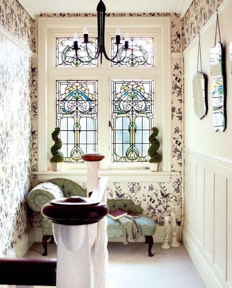 Витражи делают самостоятельно или приглашают на дом мастера. Любая комната существенно преображается с витражом.