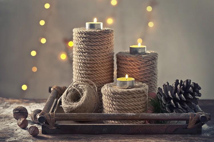 С помощью клея и верёвки создают стильные новогодние композиции.