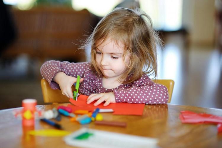 К украшению дома и поздравлениям друзей и близких они должны приложить свои ручки