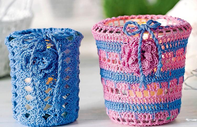 Крючком обвязывают стаканчики: держать в руках такую кружку особенно приятно холодными зимними утрами и вечерами.