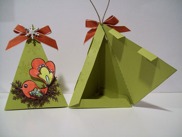 Дополнительный декор поможет превратить пирамидку в ёлочку