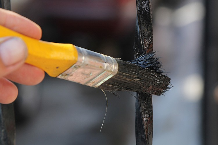 С помощью кисти можно окрасить узкую поверхность