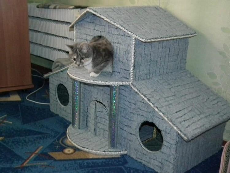 Ещё лучше, когда домик не полностью текстильный, а в основе имеет картон или фанеру. Тогда это истинный кошачий дворец!