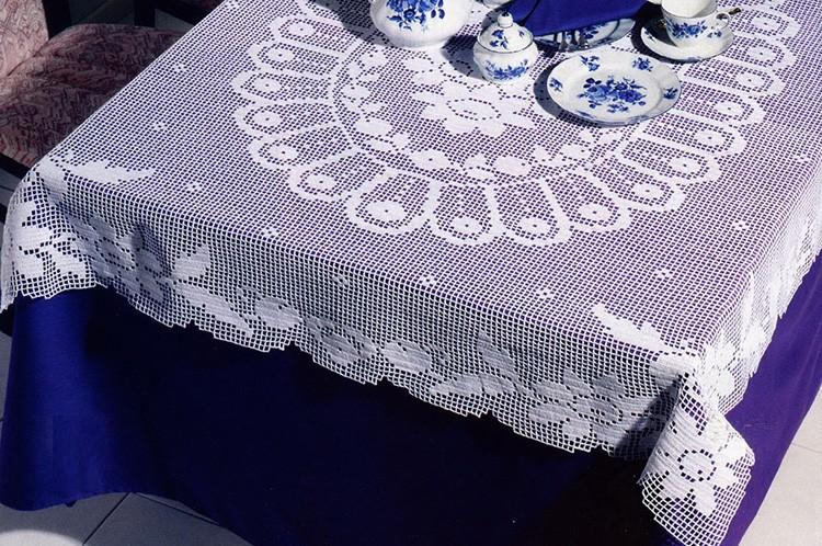 Филейное вязание подходит для деревенских стилей в интерьере.