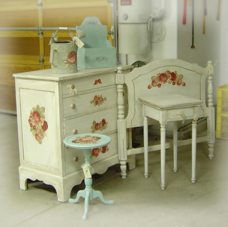Декор салфетками, краской и лаком порождает красивые и уникальные вещи.