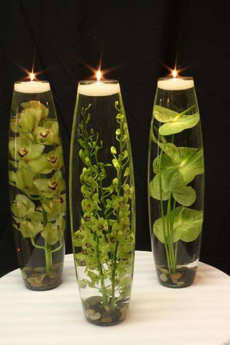 Оригинальные изделия получаются из искусственных водорослей и длинных бокалов или ваз.