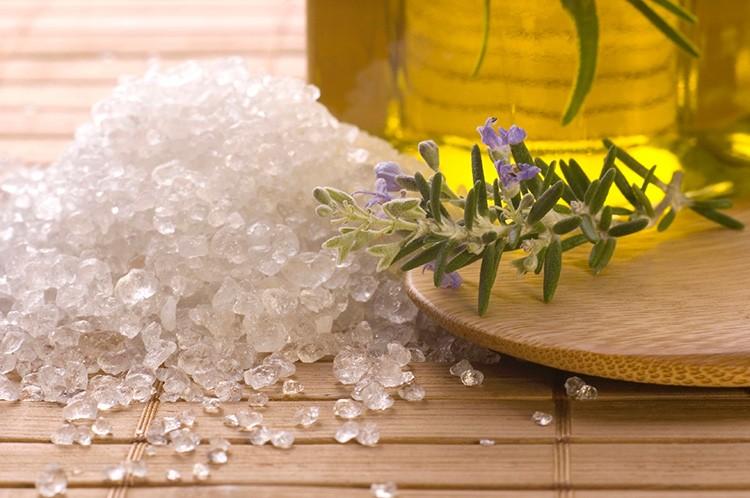Заменяем мыло солью и оливковым маслом: двойная польза для кожи.